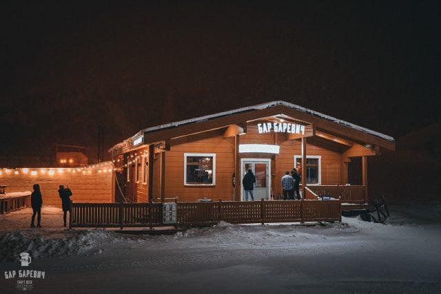 Первый бар формата Apres-ski открыл свои двери в минувшие выходные. Известная сеть «БарБаревич» теперь есть и на Северном склоне ГЛК «Большой Вудъявр».